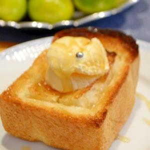 *厚切りイギリスパンのバニラアイス乗せ*