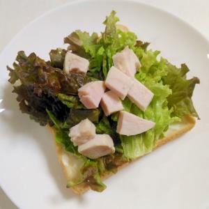 朝食に☆鶏ハムとカッテージチーズのサラダトースト