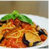 グアンチャーレとナスのトマトソースのスパゲッティ