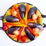 スキレットで ムール貝とカラフルトマトのパエリア