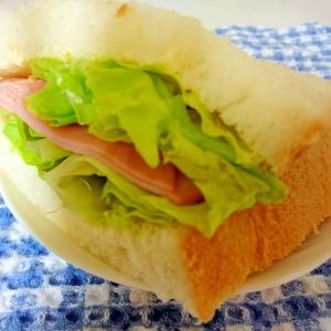 ハムとサニーレタスのサンドイッチ