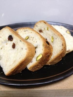 レーズンとピスタチオのパン