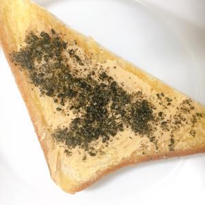 ピーナッツクリームと黒ごまのトースト