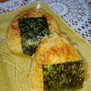 ウナギのタレで美味しい焼おにぎり( v^-゜)♪