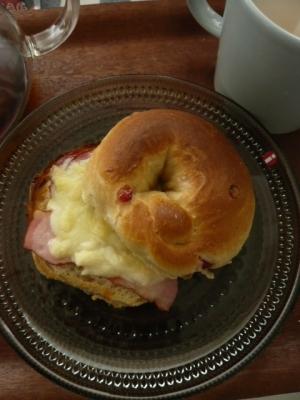 厚切りベーコンとチーズのベーグルサンド