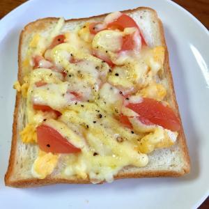 トマトと炒り卵のチーズマヨネーズトースト