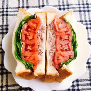 トマトと赤玉ねぎのサンドイッチ