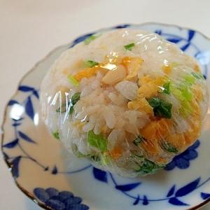 ほんだしで 炒り卵と葱と松の実のおにぎり