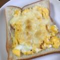 炒り卵とハムと粉チーズのトースト