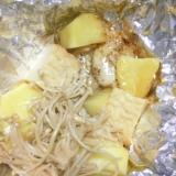 絹揚げとジャガイモとエノキと味付けタラのホイル焼き