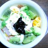 アボカドとベーコンとゆで卵のブルーベリーサラダ