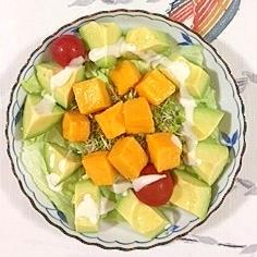 マンゴーを入れたサラダ