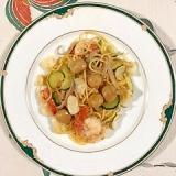 海老、ズッキーニ、赤玉葱、ユリの根のパスタ