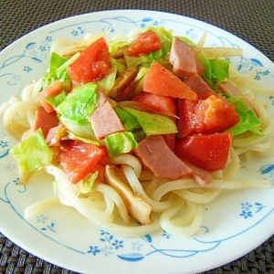 ショルダーベーコンとトマトとキャベツの炒めうどん♪