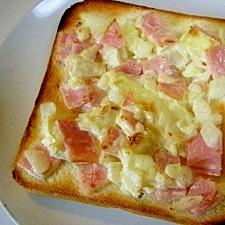 ハムと玉ねぎとカマンベールチーズのトースト♪