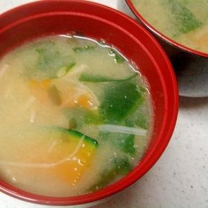 南瓜とエノキ、わかめの味噌汁