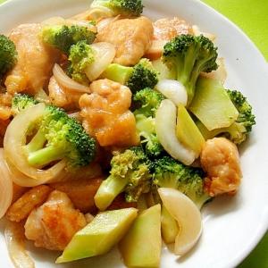 鶏むね肉とブロッコリーのカレー風味炒め