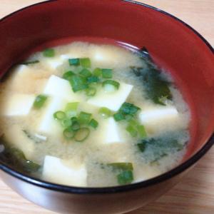 豆腐とわかめと小ねぎの味噌汁