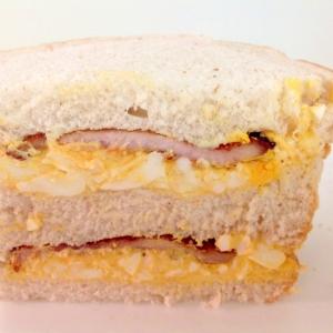 焼豚とたまごサラダのサンドイッチ