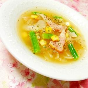 ベーコン、玉ねぎ、インゲン、コーンのスープ