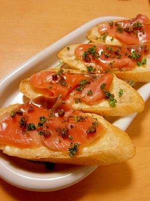 フランスパンのカナッペ(チーズ&スモークサーモン)