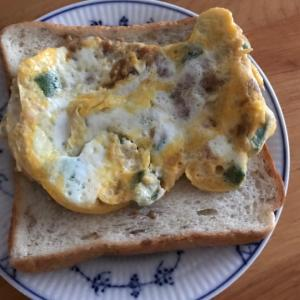 オクラとはごろも煮の卵焼きのせトースト