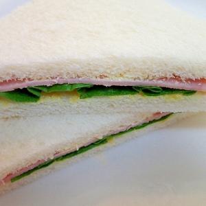 サラダ菜とハムのツン辛サンドイッチ