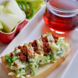 ブロッコリーサラダと鶏そぼろのトースト