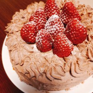 いちごをのせたチョコレートケーキ