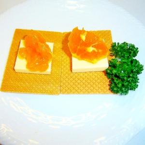 大麦クラッカーのオレンジマリネとチーズのせ
