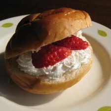 イチゴと生クリームのパン♪