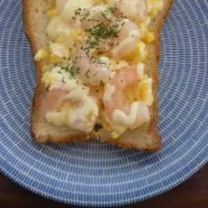 レンジで簡単!ゆで卵とえびのトースト