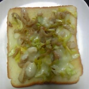 鶏皮を炒めチーズをのせて焼いたパン