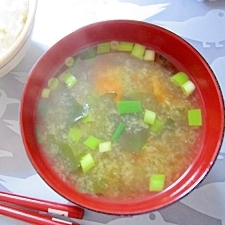 和朝食!にんじんとワカメのお味噌汁