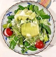 スプラウトとキウイを入れて、サラダ