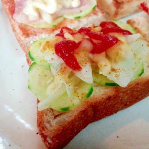 カレー香る 胡瓜と玉ねぎとチーズのミニトースト