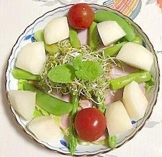 リーフレタス、ロースハム、アスパラ、幸水のサラダ