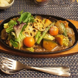 鉄板で熱々!野菜カレー