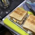 レタスときゅうりと卵とベーコンとハムのサンドイッチ