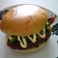 菜花と豚肉のきゅうりのキューちゃん入りバーガー