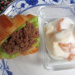 冷凍クロワッサン豚そぼろサンド&フルーツヨーグルト