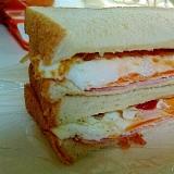 ハムエッグのサンドイッチ