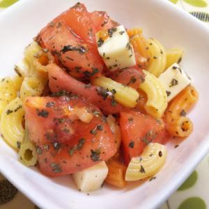 トマト&チーズ&マカロニのバジルサラダ