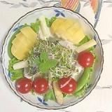 生ハム、ホワイトアスパラ、キウイのサラダ