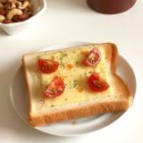 ピリ辛っチーズとプチトマトのオープンサンド♪