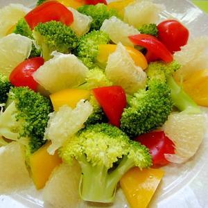ブロッコリーとグレープフルーツパプリカのサラダ