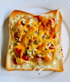 キャベツと唐揚げと刻みピクルスのトースト