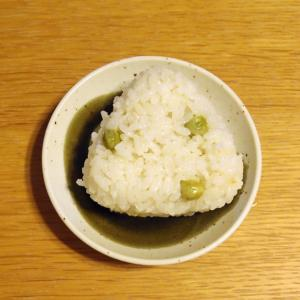 梅干し入りの豆ご飯おにぎり