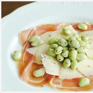 枝豆とペコリーノ、サンダニエーレ産生ハムの前菜