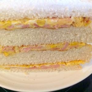 ハムとコーンのオムレツサンドイッチ